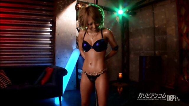 Holly enlève son bikini film x lesbienne francais