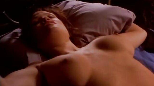 L'hôtesse aux cheveux gris rampe sur la mèche du jeune locataire, l'attrapant en train de se branler devant la télé film porno en francais lesbienne