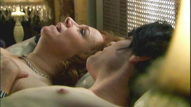 Embrasser un membre excité d'un Kazakh avec des filmxguine gencives sur les genoux dans la cuisine et se fait éjaculer sur le visage