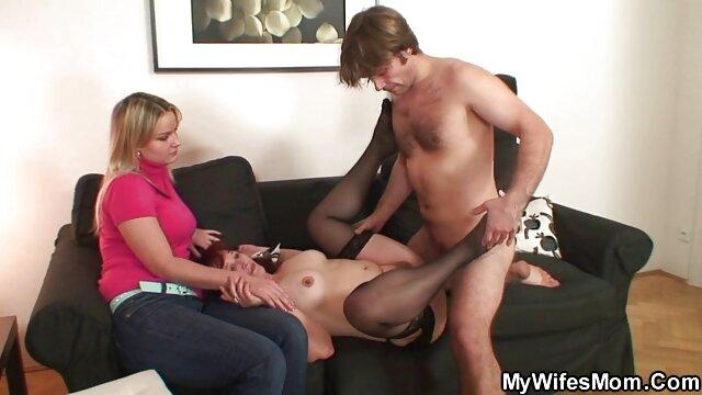 Le extrait de film porno lesbienne toit du mec a été soufflé lorsque la belle-mère a enlevé le soutien-gorge du brasier et que le sein est tombé sous ses yeux
