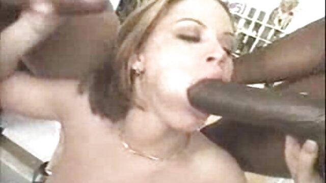 Le courrier s'est couvert le film porno lesbienne amateur nez avec ses doigts et frappe la femme d'un inconnu attachée au lit dans la gorge