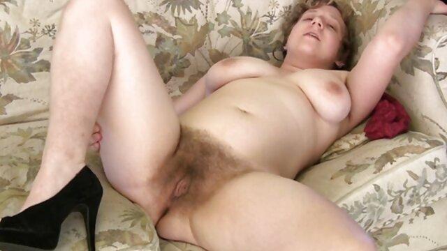 Une pute blonde avec une gorge profonde branle un pénis à un grand-père xlesbienne fatigué et prend une bite lente dans sa bouche