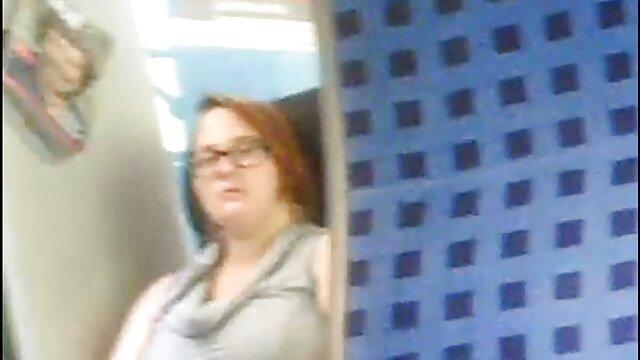Enfoncer dans le cul une femme aux regarder film porno lesbienne seins avec délectation allongée sur elle