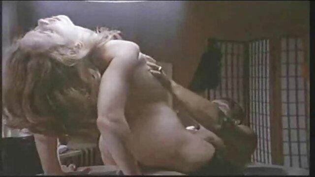 Brenda - film x lesbienne francais Masturbation de poussin par la fenêtre