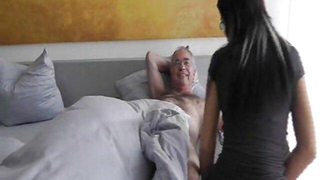 Matryona chevauche une bite dans la boue heureuse, extrait film porno lesbienne les seins se fessent
