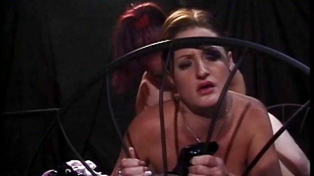 La caméraman pendant le tournage tient la caméra et se masturbe en regardant le couple en train de film porno de lesbiene s'accoupler
