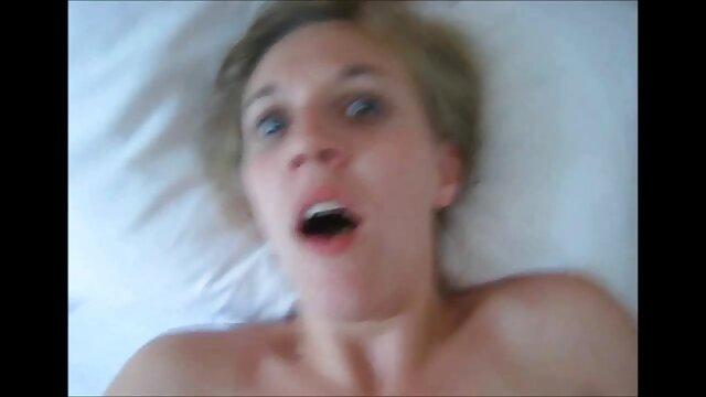 Dzhigit tient le téléphone d'une main et enlève le dodu à sucer, et de l'autre pousse sa tête sur film gratuit x lesbienne le pénis