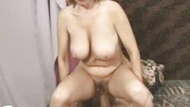 L'infirmière a donné au patient un aphrodisiaque puissant à boire et a commencé à nu film x gouines les seins devant lui