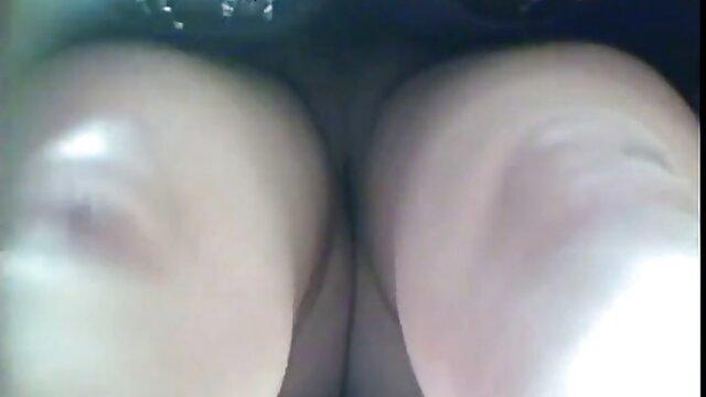 Un pain épais avec des film porno avec lesbienne œufs à fourrure est tombé dans le trou anal et a laissé entrer un litre de bon sperme