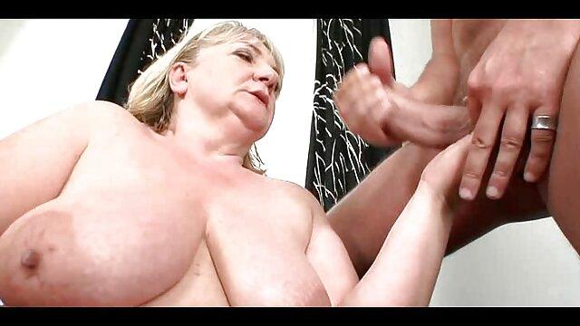 Il a mis un extrait de film porno lesbienne journal sous sa chatte et se prépare à entrer dans une bite mulâtre