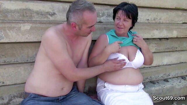 Suce une grosse nana film lesbienne x à genoux en culotte rose devant le miroir