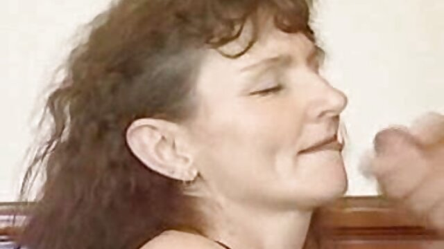 Une jeune chienne en culotte orange tire doucement film x gratuit lesbienne sur le clitoris, caresse une chatte humide