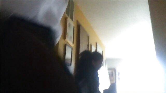 Un jeune Tatar a vu une film x amateur lesbienne fille se déshabiller devant lui et a commencé à se gratter la tête