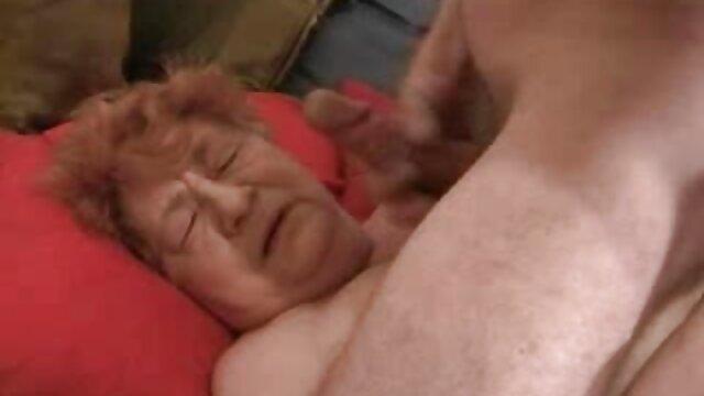 Un employé du bureau, espérant obtenir un poste, lèche la chatte du film porno x lesbienne patron sous la table