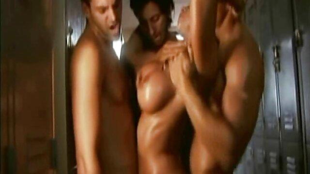 Les mecs buvaient dans l'auberge et ont décidé de visiter la chambre video film porno lesbienne d'un jeune voisin et de baiser