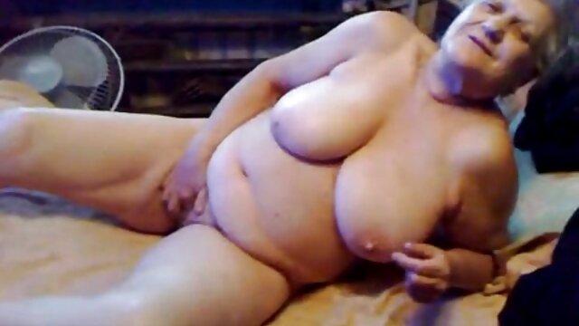 Une jeune femme aux cheveux roux tresse ses poils pubiens et montre sa grosse film porno lesbienne streaming chatte tout en rapprochant la caméra